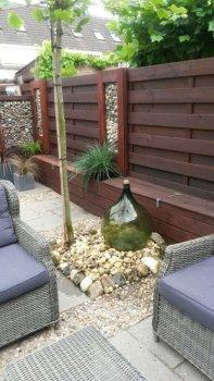 Italiaanse wijnfles in Hollandse tuin
